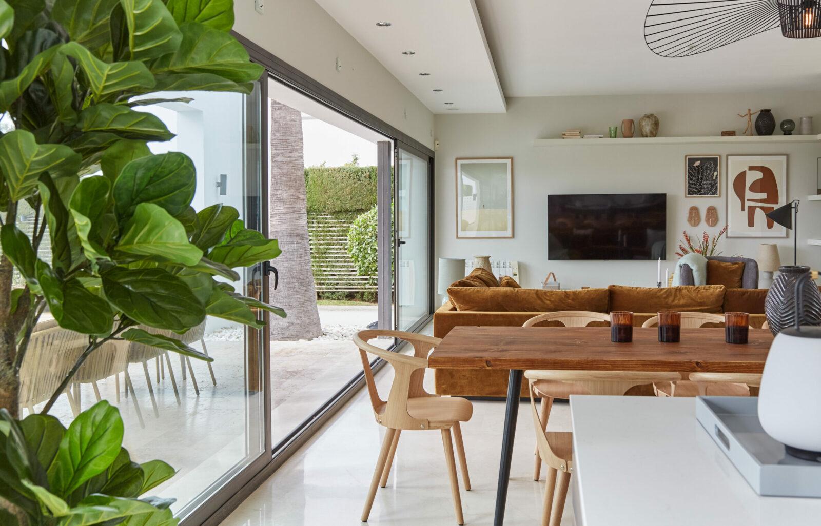 I Premium villaen går køkkenet, spisestuen og stuen i et med den store terrasse.